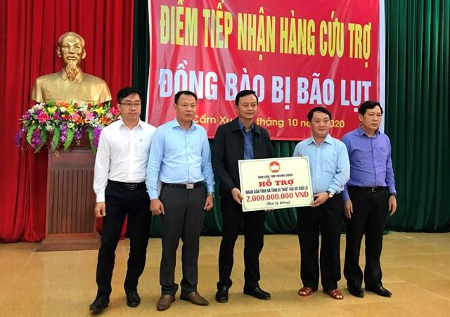 Dịp này, Phó Chủ tịch - Tổng Thư ký Hầu A Lềnh đã trao số tiền 2 tỷ đồng cho Hà Tĩnh từ Ban Cứu trợ Trung ương.