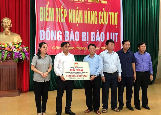 ...và trao tặng biểu trưng 10 nhà Đại đoàn kết trị giá 400 triệu đồng cho UBND huyện Cẩm Xuyên.