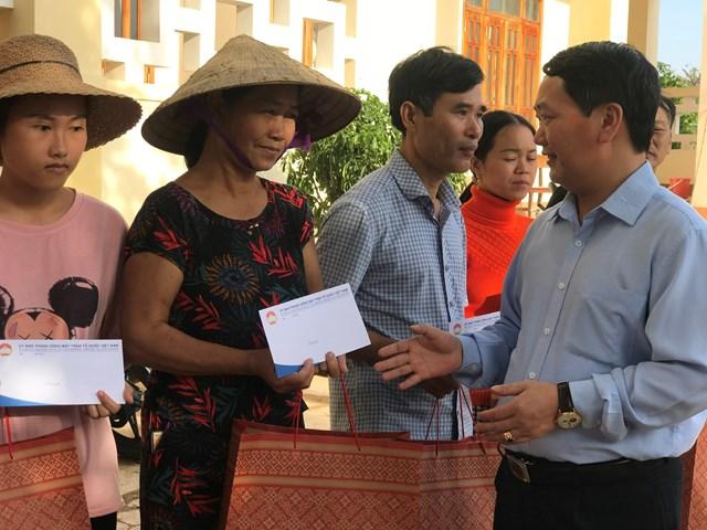 Phó Chủ tịch - Tổng thư ký Hầu A Lềnh trao quà cho bà con xã Cẩm Thành bị thiệt hại nặng trong lũ.