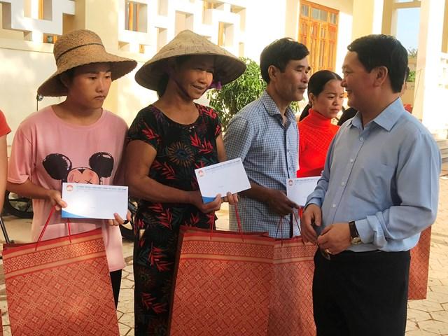 Phó Chủ tịch - Tổng thư ký Hầu A Lềnh trao quà, động viên bà con Nhân dân xã Cẩm Thành, Cẩm Xuyên, Hà Tĩnh.