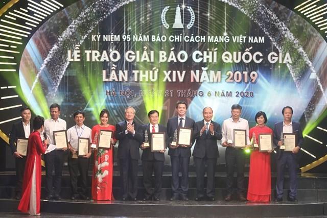 Thủ tướng Chính phủ Nguyễn Xuân Phúc và Thường trực Ban Bí thư Trần Quốc Vượng trao Giải A cho các tác giả.