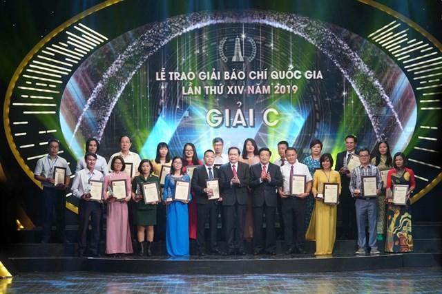 Chủ tịch UBTƯ MTTQ Việt Nam Trần Thanh Mẫn và Trưởng ban Nội chính Trung ương Phan Đình Trạc trao Giải C cho các tác giả đạt giải.