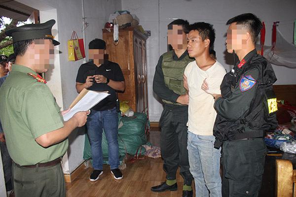 Cơ quan An ninh điều tra Công an tỉnh Hòa Bình đọc lệnh bắt, khám xét bị can Trịnh Bá Tư. Ảnh: CA.