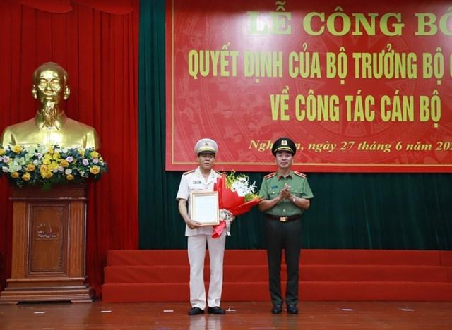 Thứ trưởng Bộ Công an Trần Quốc Tỏ trao quyết định điều động của Bộ trưởng Bộ Công an cho Đại tá Võ Trọng Hải.