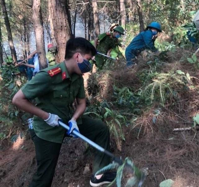 Hàng ngàn người tham gia chữa cháy, cứu rừng.