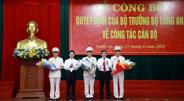 Lãnh đạo tỉnh Nghệ An tặng hoa chúc mừng Tân giám đốc Công an tỉnh Nghệ An, các đồng chí nghỉ hưu và chuyển công tác.