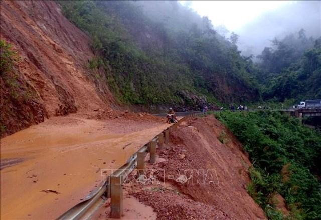 Sạt lở trên quốc lộ 12 Phong Thổ đi Nậm Nhùn, Mường Tè (Lai Châu). Ảnh: TTXVN.