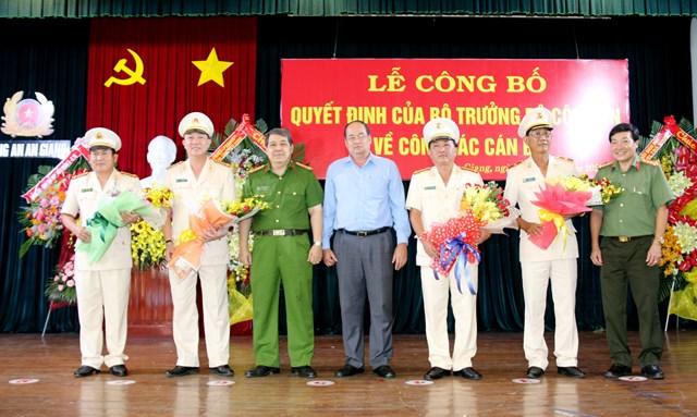 Lãnh đạo Tỉnh uỷ, UBND tỉnh An Giang trao hoa chúc mừn.