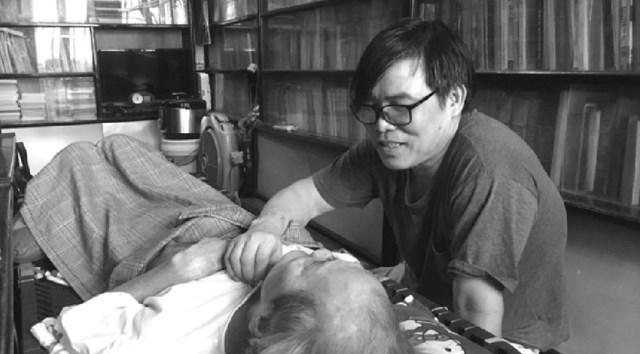 Anh Bùi Sơn Định chăm cha - nhà văn Sơn Tùng.