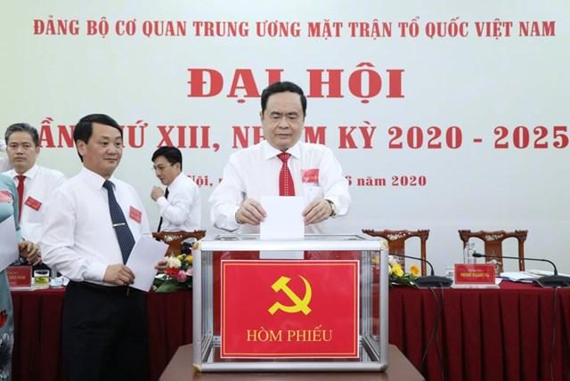 Các đại biểu tiến hành bỏ phiếu. Ảnh: Quang Vinh.