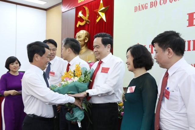 Tặng hoa chia tay các đồng chí trong BCH Đảng bộ khóa XII không tái cử khóa XIII. Ảnh: Quang Vinh.
