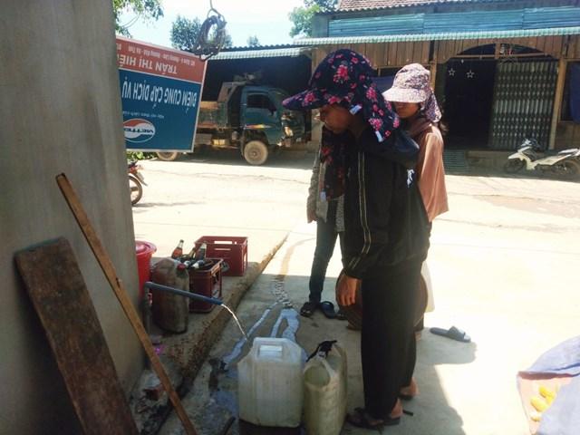 Người dân Hương Khê (Hà Tĩnh) trong những ngày nắng nóng.