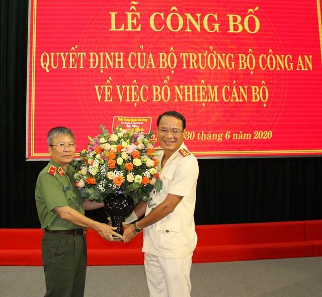 Thiếu tướng Nguyễn Đức Dũng, Giám đốc Công an tỉnh chúc mừng Thượng tá Ân.