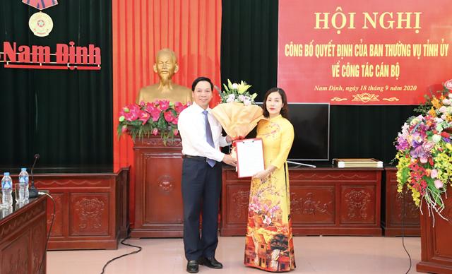 Phó Bí thư Thường trực Tỉnh ủy Nam Định Trần Văn Chung trao quyết định bổ nhiệm cho nhà báo Hoài Phương.
