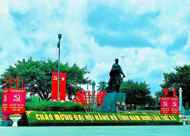 Tượng đài Trần Hưng Đạo ở trung tâm Thành Nam.