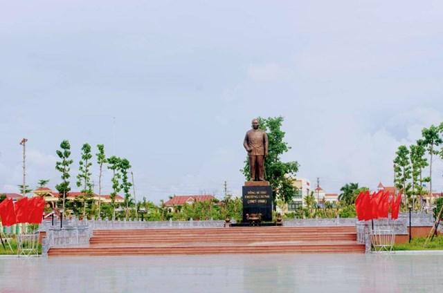 Tượng đài Cố Tổng bí thư Trường Chinh ở trung tâm huyện Xuân Trường.