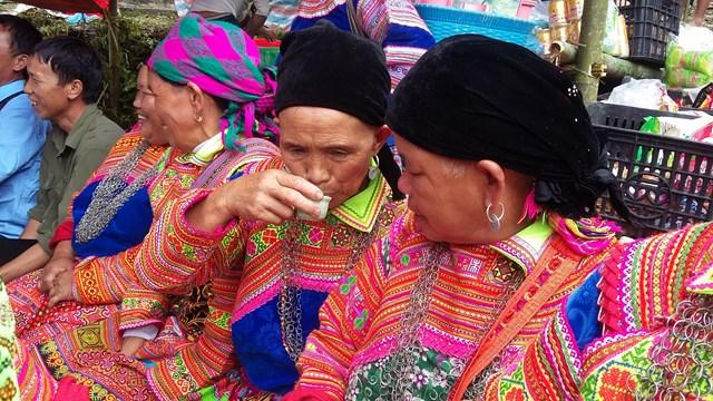 Váy áo sặc sở, đồng bào Mông ở xã Tả Sử Choóng trẩy hội Gầu Tào.