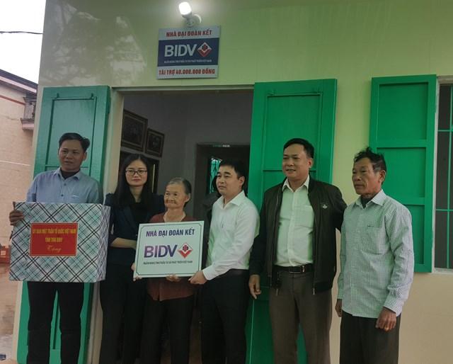 Vận động hỗ trợ xây dựng nhà Đại đoàn kết giúp hộ nghèo là một trong những kết quả nổi bật của công tác Mặt trận ở tỉnh Thái Bình thời gian qua.