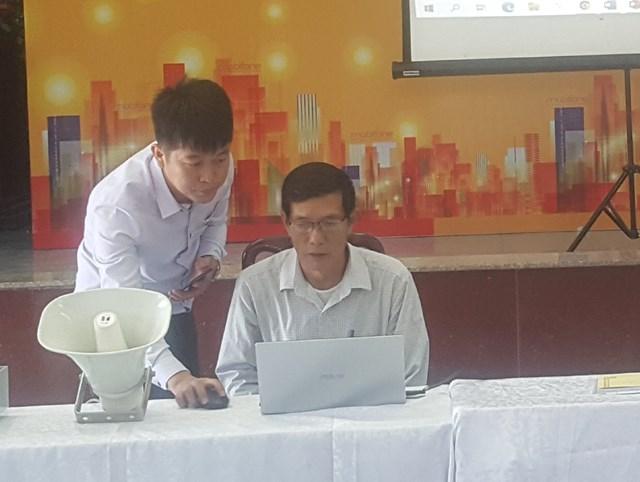 Cán bộ phụ trách công tác truyền thanh xã Liên Minh thao tác hệ thống truyền thanh thông minh vừa tiếp nhận.
