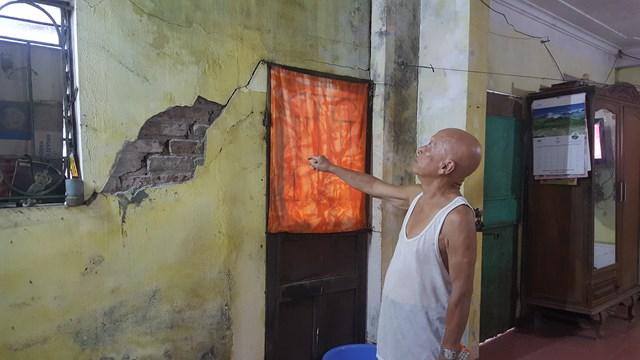 Cả trong lẫn ngoài nhà ông Trần Quang Thoại đều bị nứt toác.