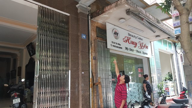Ngôi nhà cao tầng, kiên cố của ông Nguyễn Minh Nguyên giờ đây vừa bị lún, nứt vừa bị nghiêng.