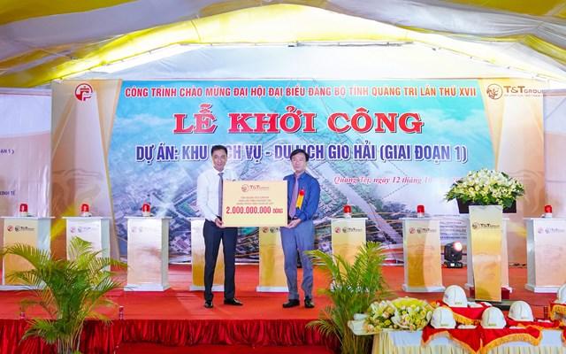 Ông Nguyễn Anh Tuấn, Phó tổng Giám đốc Tập đoàn T&T Group (trái) trao 2 tỷ đồng hỗ trợ Tỉnh Quảng Trị khắc phục hậu quả lũ lụt.
