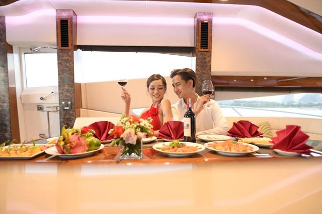Để tận hưởng bữa ăn theo cách hoàn hảo nhất, bạn có thể lựa chọn dịch vụ tiệc tại du thuyền do FLC Biscom cung cấp.