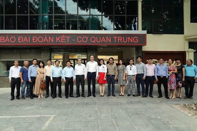 Phó Chủ tịch - Tổng Thư ký Hầu A Lềnhchụp ảnh lưu niệm với các đại biểu tại Báo Đại Đoàn Kết. (Ảnh: Quang Vinh).