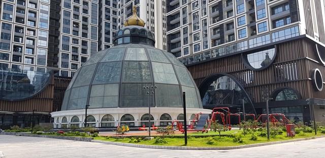 Lâu đài Thủy kính nằm trung tâm dự án trở thành điểm nhấn kiến trúc ấn tượng. Ảnh: Trọng Bằng