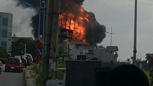 Cột khói lửa lớn bùng phát trên khu vực phường Đức Giang.