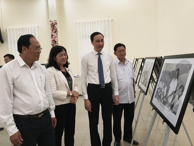 Phó Chủ tịch UBTƯ MTTQ Việt Nam Phùng Khánh Tài cùng các đại biểu tham quan ảnh tư liệu về cuộc đời và sự nghiệp cách mạng của Luật sư Nguyễn Hữu Thọ.