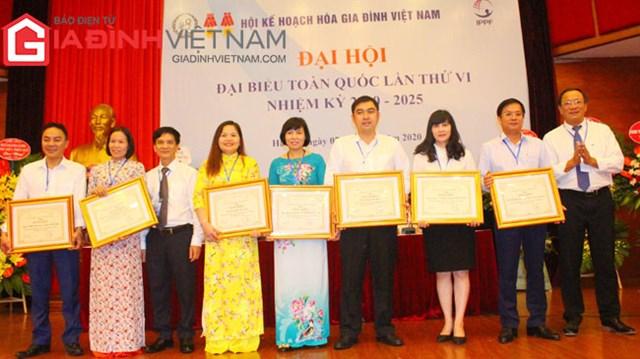 Lãnh đạo Trung ương Hội Kế hoạch hóa gia đình Việt Nam tặng bằng khen cho các đơn vị, tập thể có thành tích xuất sắc trong công tác hội nhiệm kỳ 2014 - 2019