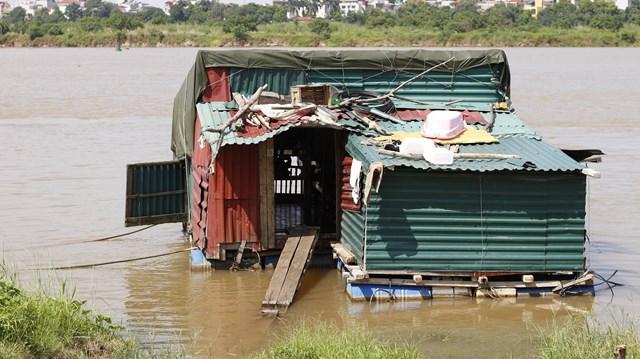 Nếu không phải bè nổi thì những ngôi nhà trên bờ gần ven sông nhìn cũng rất tạm bợ chỉ để họ mưu sinh với nghề đánh bắt.