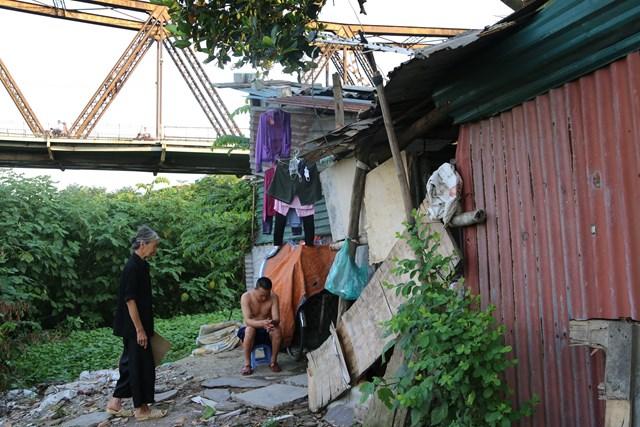 Sau bao nhiêu thập kỷ, cầu Long Biên vẫn vững chắc đứng đây, chứng kiến những đổi thay không ngừng của Hà Nội và cũng chứng kiến những mảnh đời chưa đến được bến đỗ yên bình của cuộc đời.