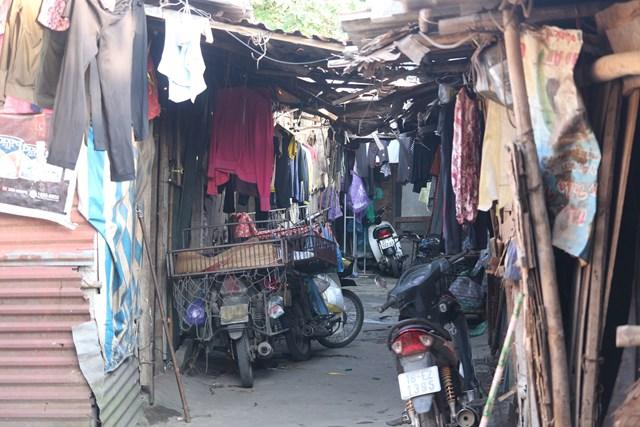 Xóm trọ của hàng chục lao động nghèo này thuộc phường Phúc Xá, quận Long Biên chỉ có những ngôi nhà 15-20m2 xây bằng chút bê tông và chắp vá bởi những mảnh tôn thừa.