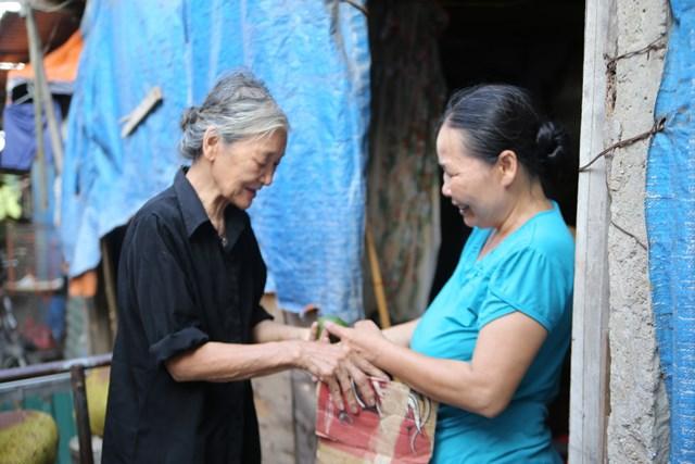 Khi được hỏi, bà Ba luôn nói rằng cuộc sống vất vả nhưng với bà, niềm vui vẫn đong đầy vì tình làng nghĩa xóm của những người dân nơi đây.