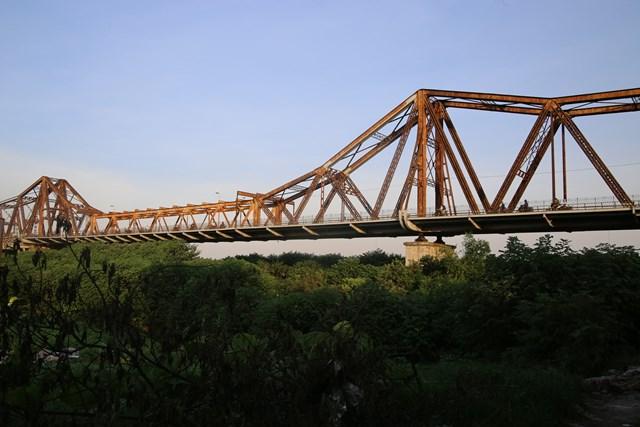 Dưới chân cầu Long Biên (Hà Nội) từ nhiều năm nay là nơi sinh sống của một dãy trọ của dân ngụ cư. Đó là những người từ quê lên Hà Nội lập nghiệp. Họ chủ yếu làm vài ba công việc buôn bán ngay trong chợ hoặc đi nhặt ve chai, bán hàng rong...