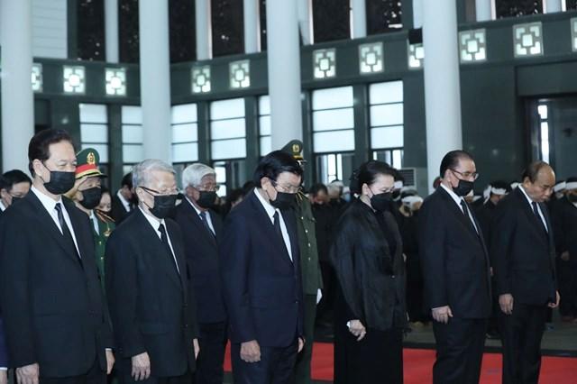 Các lãnh đạoĐảng, Nhà nước, MTTQ Việt Nam dành 1 phút mặc niệm trước khi tiễn biệt nguyên Tổng Bí thư Lê Khả Phiêu.