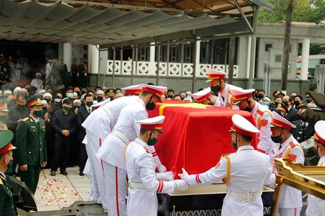 Sau khi được đặt lên cỗ linh xa, linh cữu nguyên Tổng Bí thư Lê Khả Phiêu được phủ lại quốc kỳ.