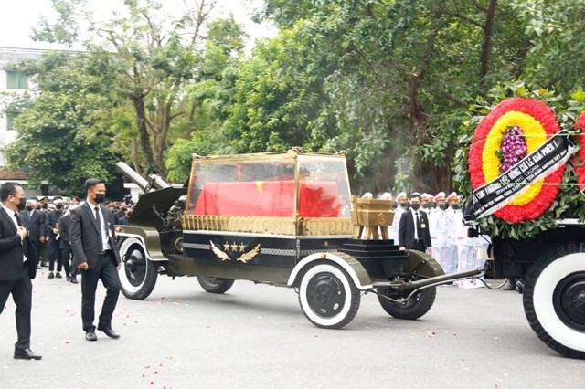 Cỗ linh xa bắt đầu lăn bánh rời khỏi khuôn viên nhà tang lễ.