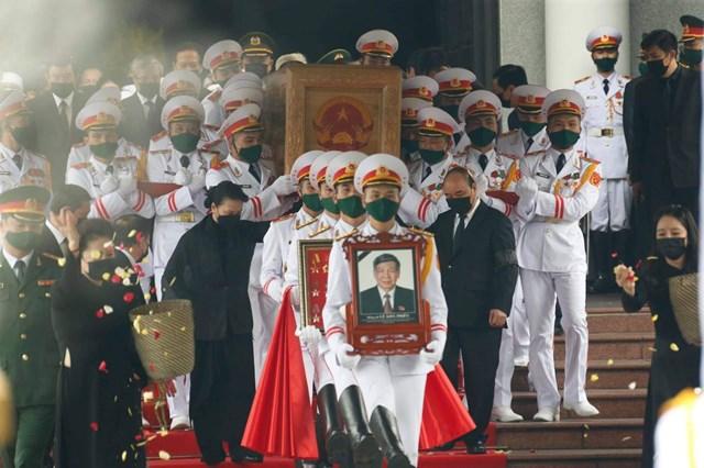 Gia quyến cùng lãnh đạo Đảng, Nhà nước, MTTQ Việt Nam cùng nhiều đồng chí, đồng bào cùng chầm chậm bước theo linh cữu nguyên Tổng Bí thư Lê Khả Phiêu.