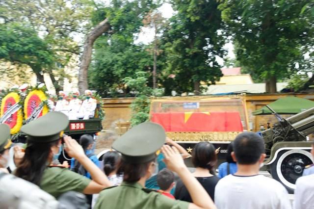 Đoàn xe đi theo lộ trình Lê Thánh Tông - Hai Bà Trưng - Điện Biên Phủ - Kim Mã - Nguyễn Khánh Toàn - Cầu Giấy - Xuân Thủy để tới nghĩa trang Mai Dịch.