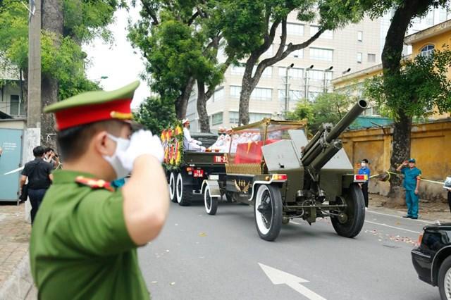 Đoàn xe di chuyển, đầu tiên là xe chỉ huy, tiếp tới là xe tác chiến, thông tin, xe chở di ảnh, linh cữu, sau cùng là xe các lực lượng phục vụ tang lễ.