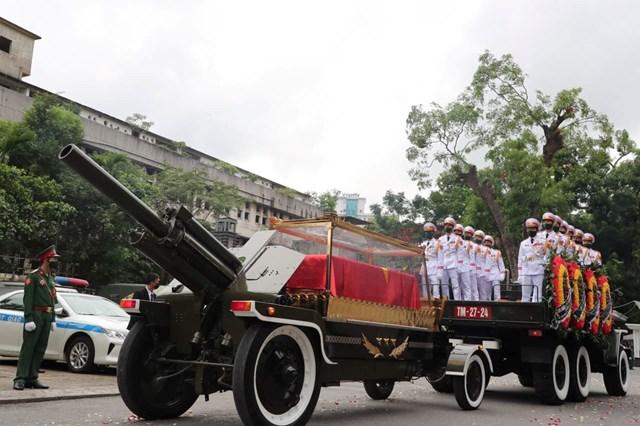 13h15, đoàn xe lễ tang và linh xa chuyển bánh chầm chậm rời Nhà tang lễ quốc gia để tới Nghĩa trang Mai Dịch.