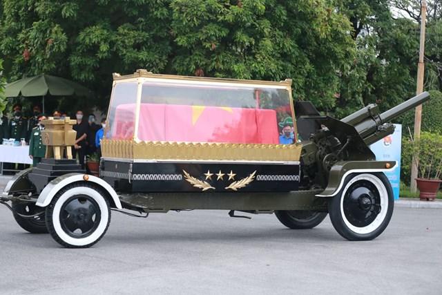 13h53, đoàn xe đưa linh cữu nguyên Tổng Bí thư Lê Khả Phiêu về tới nghĩa trang Mai Dịch.