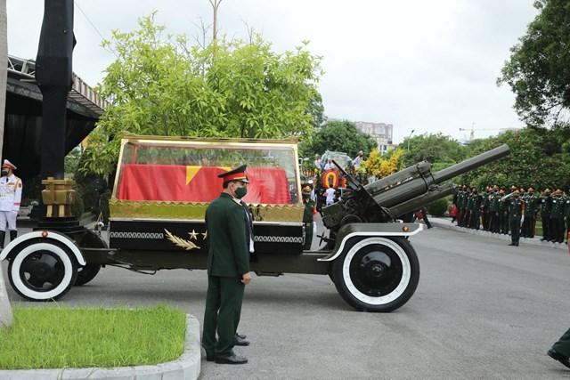 Linh cữu nguyên Tổng Bí thư Lê Khả Phiêu được di chuyểnvào khu vực làm lễ an táng.