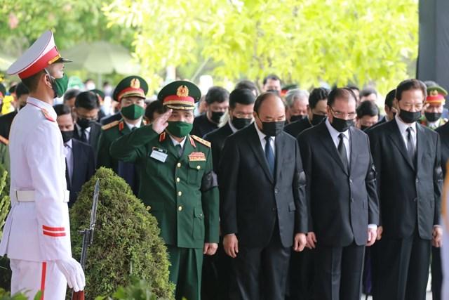 Các lãnh đạo Đảng, Nhà nước, Mặt trận Tổ quốc cùng toàn thể gia quyến cúi đầu trong phút mặc niệm cuối cùng tưởng nhớ nguyên Tổng Bí thư.