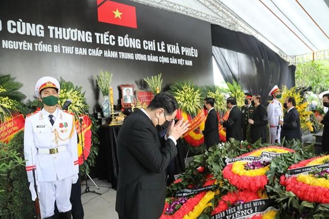 Các lãnh đạo và gia đình đi vòng quanh huyệt mộ lần cuối, thắp hương trên bàn thờ tiễn biệt nguyên Tổng Bí thư.