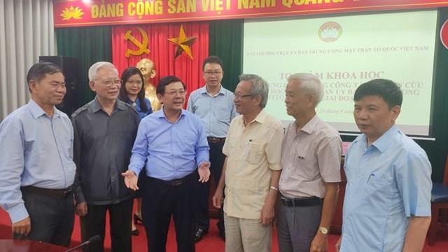 Chú thích là PCT Nguyễn Hữu Dũng trao đổi với các đại biểu tại buổi Toạ đàm.