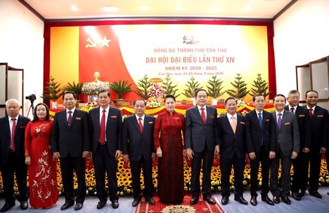 Chủ tịch Quốc hội Nguyễn Thị Kim Ngân và Chủ tịch Trần Thanh Mẫn chụp ảnh với đại biểu dự Đại hội.